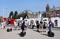 Nederland - Amsterdam - 2018.   Toeristen bekijken het Museumplein op een Segway.     Foto Berlinda van Dam / Hollandse Hoogte.