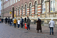 GERMANY, Hamburg, Corona Virus, COVID-19 , post office, customer wait outside in 2 meter distance / Post Filiale, Kunden stehen im 2 Meter Abstand draussen an, Abstand halten