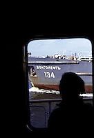 RUSSIA  Viaggio in battello da San Pietroburgo a Mosca lungo il Volga. Un passeggero osserva da una finestra un'imbarcazione con una scritta in cirillico che passa sul fiume.