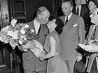 Maurice Chevalier et une admiratrice,<br />  en Hollande,<br /> 31 July 1952