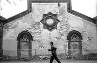 Crespi d'Adda (Bergamo), villaggio operaio di fine '800 nel settore tessile cotoniero. Un uomo fa jogging lungo i capannoni della fabbrica --- Crespi d'Adda (Bergamo), workers model village of the late 19th century in the cotton textile production field. A man running along the sheds.