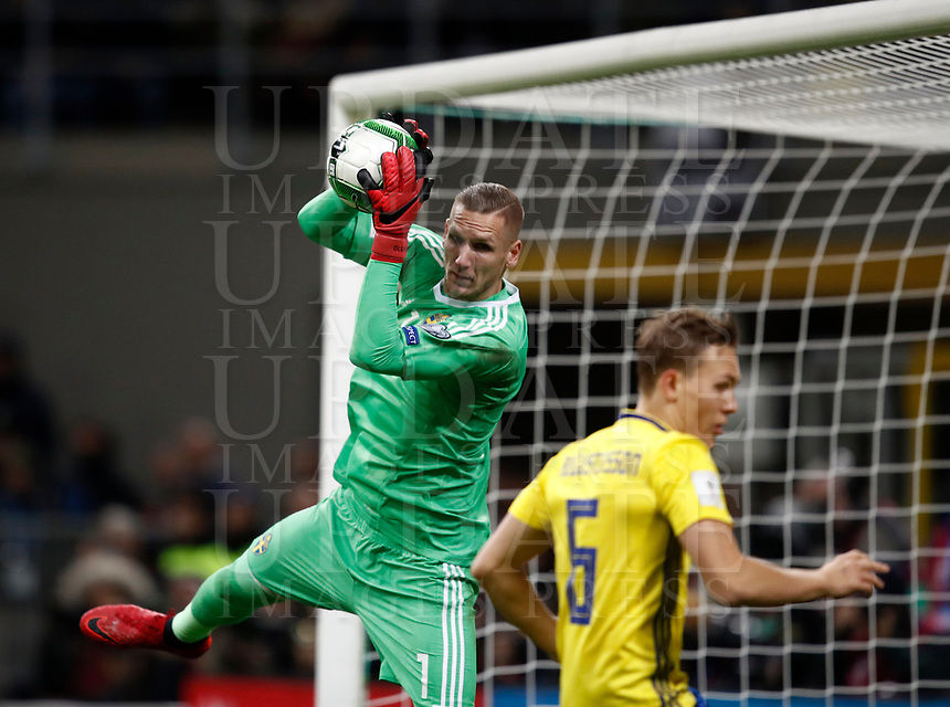 Soccer Football - 2018 World Cup Qualifications - Europe - Italy vs Sweden - San Siro, Milan, Italy - November 13, 2017 <br /> Sweden's goalkeeper Robin Olsen (l) in action during the FIFA World Cup 2018 qualification football match between Italy and Sweden at the San Siro Stadium in Milan on November 13, 2017.<br /> UPDATE IMAGES PRESS/Isabella Bonotto