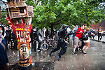 © Hughes Léglise-Bataille/Wostok Press.Canada, Toronto.27.06.2010..Plusieurs centaine de personnes se sont rassemblees pacifiquement le 27/06/210 dans le centre de Toronto, pour protester contre le sommet du G20. Encerclees par la police, la plupart ont ete arretes apres plusieures heures menottes sous une forte pluie. ..A couple of hundred people gathered peacefully in the center of Toronto on June 27, protesting against the G20 summit. Cornered by the police, almost all of them were arrested, after various hours handcuffed under heavy rain.