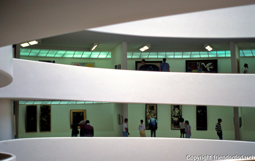 F.L. Wright: Guggenheim Museum. Interior. Photo '88.