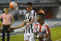 BARRANQUILLA - COLOMBIA - 28-09-2016: Jhonny Gonzalez (Der.) jugador de Atletico Junior de Colombia de disputa el balon con Emiliano Diaz (Izq.) jugador de Montevideo Wanderers Fútbol Club de Uruguay, durante partido de vuelta entre Atletico Junior de Colombia y Montevideo Wanderers Fútbol Club of Uruguay, por los octavos de final llave F de la Copa Suramericana en el estadio Metropolitano Roberto Melendez de la ciudad de Baranquilla. / Jhonny Gonzalez (R) player of Atletico Junior of Colombia vies for the ball with Emiliano Diaz (L) player of Montevideo Wanderers Fútbol Clubof Uruguay, during a match between Atletico Junior of Colombia and Montevideo Wanderers Fútbol Club of Uruguay, for the second leg of the knockout key F of the South American Cup at the Metropolitano Roberto Melendez stadium in the city of Barranquilla. Photo: VizzorImage / Alfonso Cervantes / Cont.