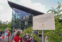 Mörfelden-Walldorf 05.07.2020: Protest am Horvath-Zentrum <br /> Aufforderung an die Täter von den Verantwortlichen der Margit Horvath Stiftung bei der Versammlung zum Protest gegen die Zerstörung an der Gedenkstätte des KZ-Außenlagers in Walldorf<br /> Foto: Vollformat/Marc Schüler, Schäfergasse 5, 65428 R'eim, Fon 0151/11654988, Bankverbindung KSKGG BLZ. 50852553 , KTO. 16003352. Alle Honorare zzgl. 7% MwSt.