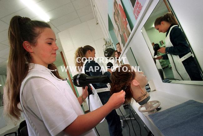 Arnhem,17-05-99  foto:Koos Groenewold <br />Diverse foto`s Mozikcollege Arnhem.<br />Op deze foto is de opleiding haarverzorging te zien.