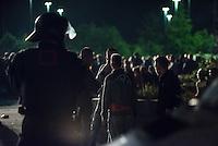 Polizei setzt Rassisten, Nazis und Hooligans fest.<br /> Etwa 100-150 Rassisten, Hooligans und Nazis versuchten sich am Freitag den 28. August zu Protesten unweit einer Fluechtlingsunterkunft zu versammeln und riefen rassistische Parolen. Im Gegensatz zum vorangegangenen Wochenende reagierte die Polizei dieses Mal und setzte sie fest.<br /> Sie kontrollierte alle Anwesenden, führte Leibesvisitationen durch und sprach 180 Platzverweise aus. So konnte es nicht zu den via Internet angekuendigten Ausschreitungen wie am 21. und 22. August kommen.<br /> 28.8.2015, Heidenau<br /> Copyright: Christian-Ditsch.de<br /> [Inhaltsveraendernde Manipulation des Fotos nur nach ausdruecklicher Genehmigung des Fotografen. Vereinbarungen ueber Abtretung von Persoenlichkeitsrechten/Model Release der abgebildeten Person/Personen liegen nicht vor. NO MODEL RELEASE! Nur fuer Redaktionelle Zwecke. Don't publish without copyright Christian-Ditsch.de, Veroeffentlichung nur mit Fotografennennung, sowie gegen Honorar, MwSt. und Beleg. Konto: I N G - D i B a, IBAN DE58500105175400192269, BIC INGDDEFFXXX, Kontakt: post@christian-ditsch.de<br /> Bei der Bearbeitung der Dateiinformationen darf die Urheberkennzeichnung in den EXIF- und  IPTC-Daten nicht entfernt werden, diese sind in digitalen Medien nach §95c UrhG rechtlich geschuetzt. Der Urhebervermerk wird gemaess §13 UrhG verlangt.]