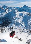 Italy, Veneto, Province Belluno, at Passo Falzarego: Lagazuoi cable car to the Little Lagazuoi | Italien, Venetien, Provinz Belluno, am Falzaregopass: eine Touristenattraktion ist die Fahrt mit der Lagazuoi-Seilbahn auf den Kleinen Lagazuoi