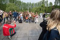 Tausende Menschen kamen zum Gedenken an den 70. Jahrestag der Befreiung Deutschlands vom Nationalsozialismus und der Kapitulation des NS-Regime am Samstag den 9. Mai 2015 zum Sowjetischen Ehrenmal in Berlin-Treptow.<br /> Im Bild: Besucher des Gedenkens haben sich mit alten sowjetischen Uniformen kostuemiert.<br /> 9.5.2015, Berlin<br /> Copyright: Christian-Ditsch.de<br /> [Inhaltsveraendernde Manipulation des Fotos nur nach ausdruecklicher Genehmigung des Fotografen. Vereinbarungen ueber Abtretung von Persoenlichkeitsrechten/Model Release der abgebildeten Person/Personen liegen nicht vor. NO MODEL RELEASE! Nur fuer Redaktionelle Zwecke. Don't publish without copyright Christian-Ditsch.de, Veroeffentlichung nur mit Fotografennennung, sowie gegen Honorar, MwSt. und Beleg. Konto: I N G - D i B a, IBAN DE58500105175400192269, BIC INGDDEFFXXX, Kontakt: post@christian-ditsch.de<br /> Bei der Bearbeitung der Dateiinformationen darf die Urheberkennzeichnung in den EXIF- und  IPTC-Daten nicht entfernt werden, diese sind in digitalen Medien nach §95c UrhG rechtlich geschuetzt. Der Urhebervermerk wird gemaess §13 UrhG verlangt.]