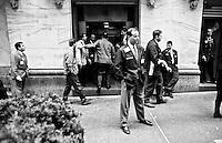 Brooker der New York Stock Exchange (Boerse) an der Wallstreet waehrend einer Rauchpause.<br /> 31.12.1998<br /> Copyright: Christian Ditsch/version-foto.de