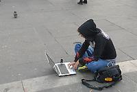 - Milan, a girl operator of C6.tv, independent TV station that broadcasts via broadband Internet<br /> <br /> - Milano, una operatrice di C6.tv, emittente televisiva indipendente che trasmette attraverso internet a banda larga