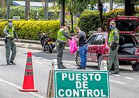 MEDELLIN - COLOMBIA, 17-04-2020: Reten de control en los barrios populares de Medellín durante el día 25 de la cuarentena total en el territorio colombiano causada por la pandemia  del Coronavirus, COVID-19. / Police control in the popular neighborhoods of Medellin of during day 25 of total quarantine in Colombian territory caused by the Coronavirus pandemic, COVID-19. Photo: VizzorImage / Leon Monsalve / Cont