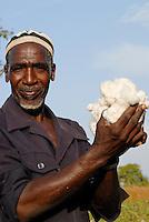 MALI Bougouni, Fair trade und Biobaumwolle Projekt - Biofarmer Diéba Bagayoko aus Dorf Faragouaran bei Baumwollernte / MALI Bougouni, fair trade and organic cotton project, farmer Diéba Bagayoko of village Faragouaran