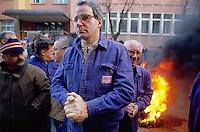 - the workers of Ansaldo plant of Sesto S.Giovanni (Milan) block the gates for protest against the closing (November 1991)....- gli operai dell'Ansaldo di Sesto S.Giovanni bloccano gli ingressi dello stabilimento per protesta contro la chiusura (novembre 1991)