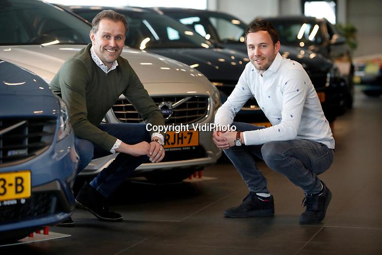 Foto: VidiPhoto<br /> <br /> VEENENDAAL – Autobedrijf De Groot handelt voornamelijk in occassions en heeft een vestiging in zowel Veenendaal als Rhenen. De twee broers Jan (l) en Gerrald vormen samen de directie van het bedrijf.