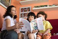 homeschooling, educazione parentale, educazione domestica. Erika De Martino e i suoi figli, durante una lezione in inglese.