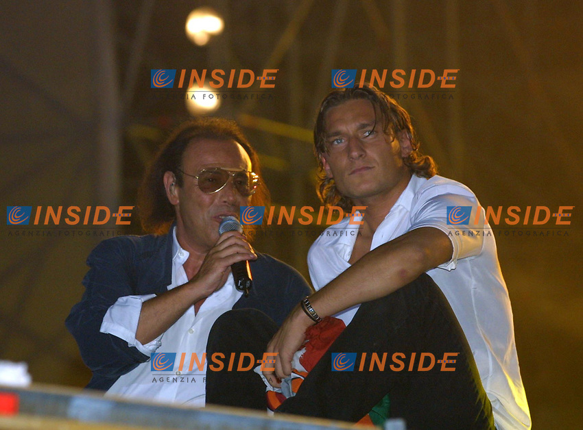 Roma 24 Giugno. Circo Massimo, concerto per la Roma campione d'Italia.<br /> Venditti e Totti