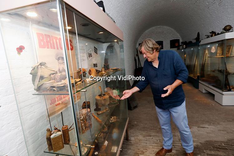 Foto: VidiPhoto<br /> <br /> NUMANSDORP – De Stichting Fort Buitensluis heeft ambitieuze plannen om het verdedigingswerk uit de 18e eeuw ingrijpend te renoveren en er een toeritische attractie van te maken. De kosten daarvoor bedragen zo'n 4 miljoen euro. Fort Buitensluis ligt aan het Hollands Diep in Numansdorp, gemeente Hoeksche Waard. Foto: Stichtingsvoorzitter Jack de Leeuw bij een vitrine met vondsten van het fortterrein.