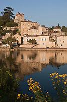 Europe/Europe/France/Midi-Pyrénées/46/Lot/ Puy-l'Évêque: Cité médiévale. étagée sur la rive droite du Lot, les vieilles maisons de la ville aux belles pierres ocre sont dominées par le Donjon du XIIIe siècle vestige du palais épiscopal de Puy-l'Êvêque. et l'église Saint-Sauveur.
