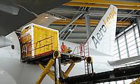 Pressekonferenz und Eröffnungszeremonie der Zusammenarbeit von DHL und Lufthansa Cargo als AeroLogic - Luftfracht Air Cargo Post - mit 8 Boeing 777 (B777F) wird begonnen -  im Bild: der erste Container schwebt in die Maschine. Foto: Norman Rembarz..