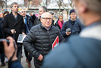 """Nach seinen herablassenden und umstrittenen Aeusserungen ueber Berlin besuchte der Tuebinger Oberbuergermeister Boris Palmer (im Bild hinten links)am Mittwoch den 20. Februar 2019 auf Einladung des CDU-Fraktionsvorsitzenden im Abgeordnetenhaus, Burkhard Dregger, u.a. den Goerlitzer Park. Der Park wird als sog. """"Kriminalitaetsschwerpunkt"""" bezeichnet und Ort, an dem Marihuana verkauft wird. Sein Besuch im Park wurde von mehreren dutzend Journalisten begleitet.<br /> Im Bild: Kurt Wansner, CDU-Abgeorndeter im Abgeordnetenhaus.<br /> 20.2.2019, Berlin<br /> Copyright: Christian-Ditsch.de<br /> [Inhaltsveraendernde Manipulation des Fotos nur nach ausdruecklicher Genehmigung des Fotografen. Vereinbarungen ueber Abtretung von Persoenlichkeitsrechten/Model Release der abgebildeten Person/Personen liegen nicht vor. NO MODEL RELEASE! Nur fuer Redaktionelle Zwecke. Don't publish without copyright Christian-Ditsch.de, Veroeffentlichung nur mit Fotografennennung, sowie gegen Honorar, MwSt. und Beleg. Konto: I N G - D i B a, IBAN DE58500105175400192269, BIC INGDDEFFXXX, Kontakt: post@christian-ditsch.de<br /> Bei der Bearbeitung der Dateiinformationen darf die Urheberkennzeichnung in den EXIF- und  IPTC-Daten nicht entfernt werden, diese sind in digitalen Medien nach §95c UrhG rechtlich geschuetzt. Der Urhebervermerk wird gemaess §13 UrhG verlangt.]"""