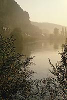Europe/France/Aquitaine/24/Dordogne/Vallée de la Dordogne/Périgord Noir/La Roque-Gageac: Brume sur la Dordogne
