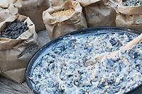 Selbstgemachte Fettfuttermischung, Kokosfett wurde in der Pfanne erhitzt, dann wurde eine Körnermischung hinzugeschüttet, schließlich muss die fertige Mischung noch abkühlen und erhärten, Fettfutter aus Kokosfett, Sonnenblumenkernen, Erdnussbruch, Körnermix, Körnermischung, Sonnenblumenöl, Vogelfutter selbst herstellen, Vogelfutter selber machen, Vogelfutter selbermachen, Vogelfütterung, Fütterung, bird's feeding
