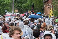 """Klimacamp """"Ende Gelaende"""" bei Proschim in der brandenburgischen Lausitz.<br /> Mehrere tausend Klimaaktivisten  aus Europa wollen zwischen dem 13. Mai und dem 16. Mai 2016 mit Aktionen den Braunkohletagebau blockieren um gegen die Nutzung fossiler Energie zu protestieren.<br /> Im Bild: 2.000 Menschen beim Abmarsch Richtung Tagebaugelaende.<br /> 13.5.2016, Proschim/Brandenburg<br /> Copyright: Christian-Ditsch.de<br /> [Inhaltsveraendernde Manipulation des Fotos nur nach ausdruecklicher Genehmigung des Fotografen. Vereinbarungen ueber Abtretung von Persoenlichkeitsrechten/Model Release der abgebildeten Person/Personen liegen nicht vor. NO MODEL RELEASE! Nur fuer Redaktionelle Zwecke. Don't publish without copyright Christian-Ditsch.de, Veroeffentlichung nur mit Fotografennennung, sowie gegen Honorar, MwSt. und Beleg. Konto: I N G - D i B a, IBAN DE58500105175400192269, BIC INGDDEFFXXX, Kontakt: post@christian-ditsch.de<br /> Bei der Bearbeitung der Dateiinformationen darf die Urheberkennzeichnung in den EXIF- und  IPTC-Daten nicht entfernt werden, diese sind in digitalen Medien nach §95c UrhG rechtlich geschuetzt. Der Urhebervermerk wird gemaess §13 UrhG verlangt.]"""