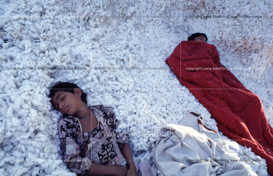 INDIA Madhya Pradesh , exhausted child labourer sleeping in cotton at the ginning unit Chapra Ltd. / INDIEN Madhya Pradesh , erschoepfte Jungen schlafen in Baumwolle in der Entkernungsfabrik Chapra Ltd.