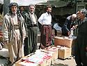 Iran 2004 Sanandaj: au marché les vendeurs de cigarettes de contrebande.<br /> Iran 2004 Sanandaj: selling smuggling cigarettes in the market<br /> ئیران سالی 2004  سنه،  له بازار که سانیک جغاره ی قاچاق ده فروشن
