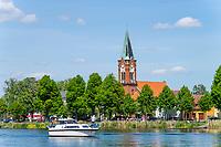 Motorboot auf der Havel vor der Kirche Maria Meeresstern, Altstadtinsel von Werder, Potsdam-Mittelmark, Brandenburg, Deutschland