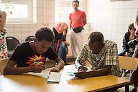 Zentrale Auslaenderbehoerde und BAMF-Aussenstelle in Eisenhuettenstadt.<br /> Bundesinnenminister Thomas de Maiziere und brandeburgs Ministerpraesident Dietmar Woidke besuchten am Donnerstag den 13. August 2015 die Zentrale Auslaenderbehoerde und BAMF-Aussenstelle in Eisenhuettenstadt. Sie liessen sich von Mitarbeitern die Situation in der Einrichtung zeigen und erklaeren, sprachen mit Fluechtlingen und besichtigten das auf dem Gelaende befindliche Abschiebegefaengnis.<br /> Der Besuch des Bundesinnenministers und des Ministerpraesidenten wurde von etwa 40 Journalisten begleitet.<br /> Im Bild: Fluechtlinge aus Eritrea beim ausfuellen von Aufnahmeantraegen.<br /> 13.8.2015, Eisenhuettenstadt/Brandenburg<br /> Copyright: Christian-Ditsch.de<br /> [Inhaltsveraendernde Manipulation des Fotos nur nach ausdruecklicher Genehmigung des Fotografen. Vereinbarungen ueber Abtretung von Persoenlichkeitsrechten/Model Release der abgebildeten Person/Personen liegen nicht vor. NO MODEL RELEASE! Nur fuer Redaktionelle Zwecke. Don't publish without copyright Christian-Ditsch.de, Veroeffentlichung nur mit Fotografennennung, sowie gegen Honorar, MwSt. und Beleg. Konto: I N G - D i B a, IBAN DE58500105175400192269, BIC INGDDEFFXXX, Kontakt: post@christian-ditsch.de<br /> Bei der Bearbeitung der Dateiinformationen darf die Urheberkennzeichnung in den EXIF- und  IPTC-Daten nicht entfernt werden, diese sind in digitalen Medien nach §95c UrhG rechtlich geschuetzt. Der Urhebervermerk wird gemaess §13 UrhG verlangt.]