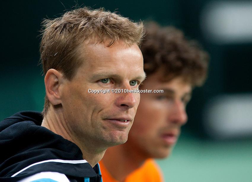 03-05-10, Zoetermeer, SilverDome, Tennis, Training Davis Cup, Captain Jan Siemerink op de achtergrond Robin Haase