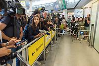 China hat am Dienstag den 10. Juli 2018 die Witwe von Friedensnobel-Preistraeger und Schriftsteller Liu Xianbin freigelassen. Liu Xia stand seit 2010 unter Hausarrest und flog noch am Tag ihrer Freilassung nach Deutschland.<br /> Am Flughafen in Berlin Tegel warteten dutzende Journalisten und einige Mitglieder der Menschenrechtsorganisation Amnesty International auf Liu Xia. Sie wurde jedoch ueber den nichtoeffentlichen Teil des Flughafens abgeholt.<br /> Im Bild: Journalisten warten vor dem Ausgang des Terminal A5 vergeblich auf Liu Xia.<br /> 10.7.2018, Berlin<br /> Copyright: Christian-Ditsch.de<br /> [Inhaltsveraendernde Manipulation des Fotos nur nach ausdruecklicher Genehmigung des Fotografen. Vereinbarungen ueber Abtretung von Persoenlichkeitsrechten/Model Release der abgebildeten Person/Personen liegen nicht vor. NO MODEL RELEASE! Nur fuer Redaktionelle Zwecke. Don't publish without copyright Christian-Ditsch.de, Veroeffentlichung nur mit Fotografennennung, sowie gegen Honorar, MwSt. und Beleg. Konto: I N G - D i B a, IBAN DE58500105175400192269, BIC INGDDEFFXXX, Kontakt: post@christian-ditsch.de<br /> Bei der Bearbeitung der Dateiinformationen darf die Urheberkennzeichnung in den EXIF- und  IPTC-Daten nicht entfernt werden, diese sind in digitalen Medien nach §95c UrhG rechtlich geschuetzt. Der Urhebervermerk wird gemaess §13 UrhG verlangt.]