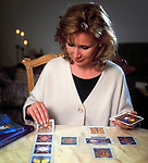 Frau legt Tarock-Karten | woman fortune-telling with tarot cards