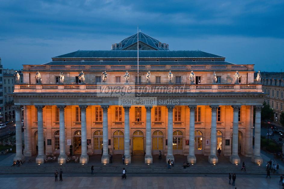 Europe/France/Aquitaine/33/Gironde/Bordeaux:  Régent Grand Hôtel, La vue d'une chambre sur le Grand Théâtre - Sa façade est précédée de douze colonnes corinthiennes surmontées de statues de pierre représentant les neuf muses et trois déesses : Junon, Vénus, Minerve.