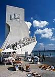 Portugal, Belém: Souvenirstand vorm Padrão dos Descobrimentos - Denkmal der Entdeckungen | Portugal, Belém: souvenirs sold at Padrão dos Descobrimentos