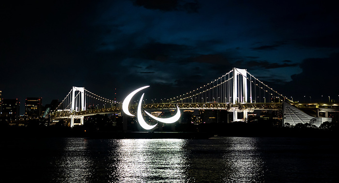 Tokyo 2020.<br /> The Paralympic Agitos light up Tokyo Bay with the Rainbow Bridge in the background during the Tokyo Paralympic Games // Les Agitos paralympiques illuminent la baie de Tokyo et le pont Rainbow pendant les Jeux paralympiques de Tokyo. 08/22/2021.