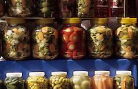 """Europe/Turquie/Istanbul : Bazar aux épices """"Misir Carsisi"""", détail bocaux de légumes confits"""