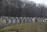 Flut Hochwasser Deich Spaziergang Sperrwehr Hochwasserschutz Schmelze Frühjahr Auwald feature - im Bild: Spaziergänger am Nahlewehr am Auwald / Wahren .  Foto: Norman Rembarz