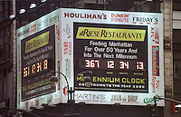 Sog. Millennium-Uhr an der East 34th Street Ecke 7th Avenue. Die Uhr zaehlt die Zeit bis zum 1.1.2000 0.00 Uhr rueckwaerts. 14 verschiedene Restaurants und Schnellimbißketten beteiligen sich an den Unkosten der Uhr.<br /> New York City, 28.12.1998<br /> Copyright: Christian-Ditsch.de<br /> [Inhaltsveraendernde Manipulation des Fotos nur nach ausdruecklicher Genehmigung des Fotografen. Vereinbarungen ueber Abtretung von Persoenlichkeitsrechten/Model Release der abgebildeten Person/Personen liegen nicht vor. NO MODEL RELEASE! Don't publish without copyright Christian-Ditsch.de, Veroeffentlichung nur mit Fotografennennung, sowie gegen Honorar, MwSt. und Beleg. Konto:, I N G - D i B a, IBAN DE58500105175400192269, BIC INGDDEFFXXX, Kontakt: post@christian-ditsch.de]