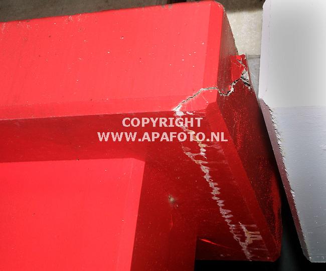 ede 150202 scheuren in dak parkeergarage ziekenhuis ede<br />een van de scheuren in een zuil van de parkeergarage.<br />foto frans ypma APA-foto