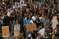 BUENOS AIRES, ARGENTINA, 22 AGOSTO 2012 - PROTESTO VITIMAS TREM - Parentes e amigos das vítimas do acidente de trem que deixou 51 mortos e mais de 700 feridos participam de protesto na Estação Once, em Buenos Aires (Argentina), nesta quarta-feira (22). O acidente aconteceu há seis meses.  (FOTO: PATRICIO MURPHY / BRAZIL PHOTO PRESS).