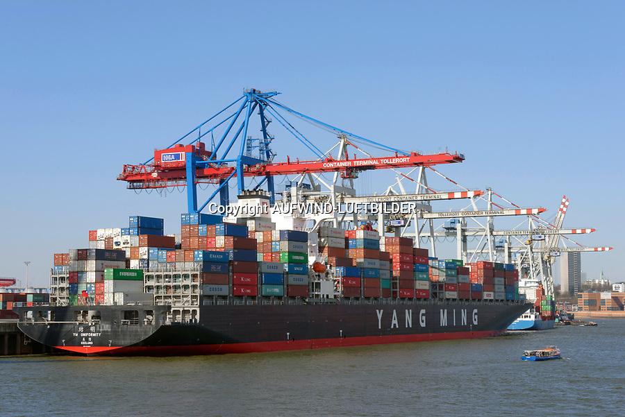 Containerschiffe an der CTA: EUROPA, DEUTSCHLAND, HAMBURG, (EUROPE, GERMANY), 05.12.2012: er HHLA Containerterminal Tollerort (CTT) ist der kleinste der vier Containerterminals im Hamburger Hafen. Er liegt am Tollerort in Steinwerder oestlich der Einmueung des Koebrand in die Elbe. Der Betrieb des CTT wird manuell durchgefuehrt. Eroeffnet wurde der Containerterminal CTT 1977 als zweiter Containerterminal nach dem seit 1968 gewachsenen Containerterminal Buchardkai im damaligen Hafen Neuhof. Die Hamburger Hafen und Logistik uebernahm den CTT im Jahre 1996.<br /> Die Yang Ming Marine Transport Corp  wurde 1972 in Keelung, in der Republik China auf Taiwan, gegruendet und gehoert weltweit zu den groessten Transportunternehmen. Die Reederei Yang Ming bietet einen weltweiten Containertransport inklusive verschiedener Logistikdienstleistungen mit Yes Logistics Corp. und Jing Ming Transport Co.