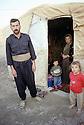 Irak 2000.Une famille kurde revenue d'Iran , vivant au camp de Talahi, dans l'attente d'un logement.Iraq 2000.A Kurdish family in Talahi camp