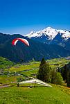Oesterreich, Tirol, Zillertal, Gemeinde Hippach, Ortsteil Perler: beliebter Startplatz fuer Paraglider und Drachenflieger, im Hintergrund die noch schneebedeckten Gipfel der Zillertaler Alpen mit Ahornspitz (2.976 m) | Austria, Tyrol, Ziller Valley, Community Hippach, district Perler: famous starting point for paragliders and hang gliders, at background the still snow covered summits of Ziller-Valley Alps with Ahornspitz mountain (2.976 m)