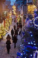 Amérique/Amérique du Nord/Canada/Québec/ Québec: Rue Petit-Champlain dans le Quartier Petit-Champlain, vue de nuit et décorations de Noël