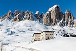 Italy, Alto Adige - Trentino, South Tyrol, above Selva di Val Gardena: ski run at Passo Gardena (2.585 m) and Gruppo del Cir mountains with Hotel Cir | Italien, Suedtirol, Groednertal, oberhalb Wolkenstein, Skipiste am Groednerjoch (2.585 m) unterhalb der Cirspitzen mit Hotel Cir