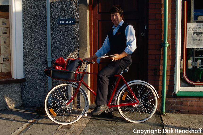 Großbritannien, Wales, Briefträger in Fairborne